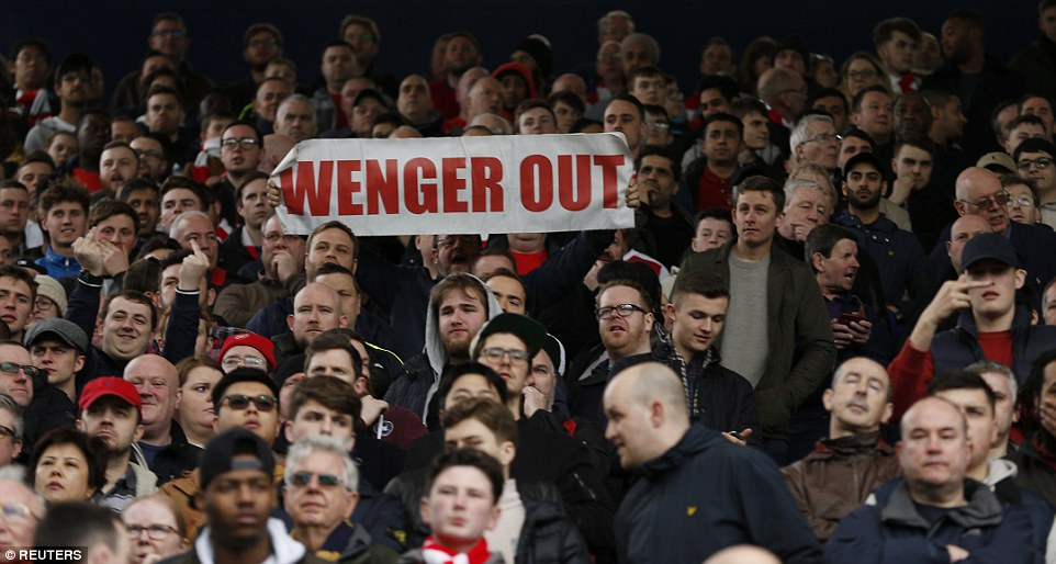 3E65E55D00000578-4326596-An_Arsenal_fan_makes_his_feelings_towards_Wenger_perfectly_clear-a-41_1489850829348.jpg